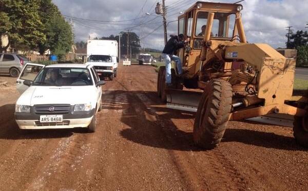 Prefeitura trabalha na marginal da Souza Naves